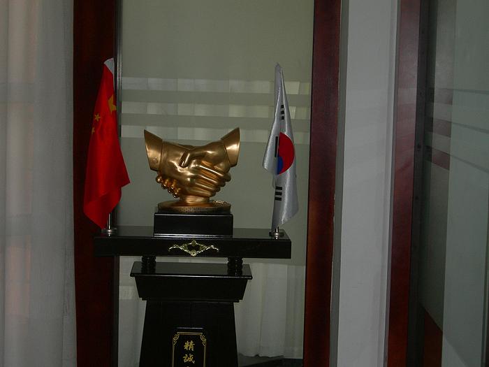 나에게 가장 인상을 준 악수하는 조각상, 양옆으로 중국기와 태극기가 함께 공존한다.