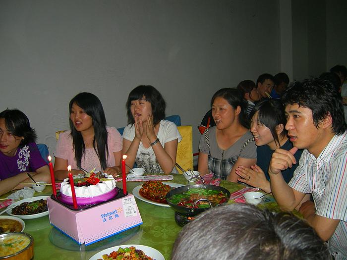 생일축하해 주는 여성들